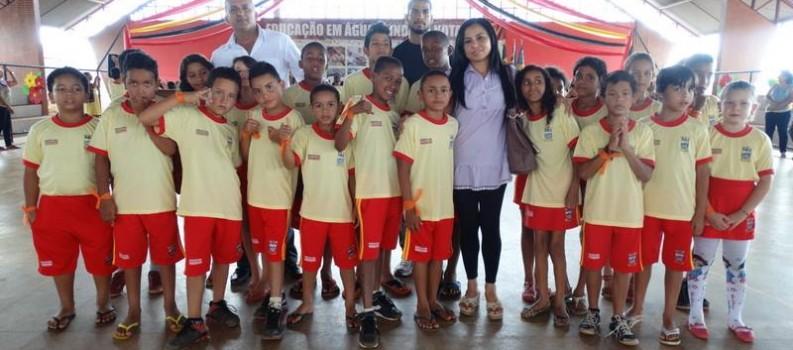 A prefeitura, por meio da secretaria municipal de Educação, iniciou a entrega dos uniformes escolares.