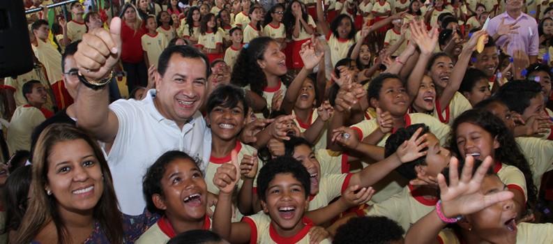 Prefeitura de Águas Lindas entrega uniformes para alunos da rede municipal