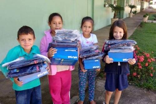 Alunos da rede municipal recebem kits de uniforme escolar